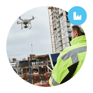 industrial engineer uses drone in remote inspection - ingénieur industriel utilise le drone dans l'inspection à distance