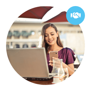 premium customer connects on mobile and laptop with online consultant - client premium se connecte sur mobile et ordinateur portable avec un conseiller en ligne